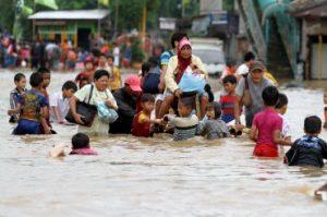 Warga mengungsi akibat banjir yang menggenangi Jakarta sejak Selasa, 15 Januari 2013.