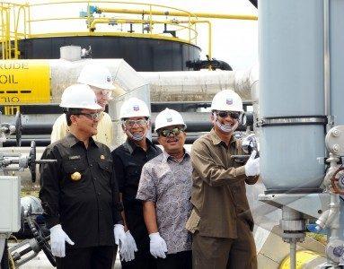 Gubernur Riau Rusli Zainal, Managing Director Chevron IndoAsia Business Unit Jeff Shellebarger, Staf Khusus Menteri ESDM Susilo Siswoutomo, dan Wakil Menteri ESDM Rudi Rubiandini memencet tombol pengiriman resmi minyak dari proyek uji coba injeksi surfaktan ke terminal minyak Dumai.