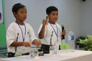 """Para siswa SD saat mengikuti Olimpiade Sains yang digelar Adaro dalam rangkaian """"Science Performance Day"""" di Tabalong, Kalimantan Selatan."""
