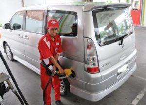 Harga premium akan turun minimal Rp 300 per liter dan solar Rp 500 per liter