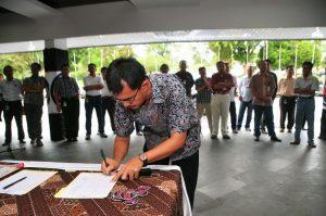 Karyawan CPI saat menandatangani surat untuk Presiden SBY, mengadukan empat rekannya yang dikriminalisasi dalam kasus bioremediasi.