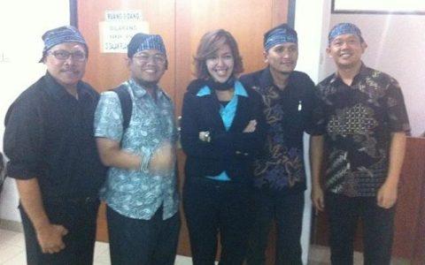 Dari kiri ke kanan: Widodo, Kukuh Kertasafari, Endah Rumbiyanti, Ricksy Prematuri, dan Herlan bin Ompo, para terdakwa kasus bioremediasi saat melaporkan diskriminasi hukum yang menimpa mereka ke Komnas HAM.