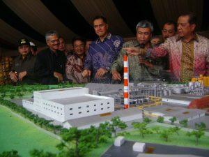 Maket pabrik CGA Tayan mendapat perhatian para pejabat pemerintah pusat dan daerah usai peletakan batu pertama proyek itu pada 2010.