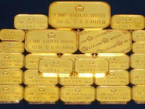 Harga emas menguat setelah bursa global rontok.