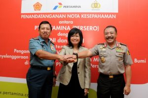 Dari kiri: Panglima TNI Laksamana Agus Suhartono, Direktur Utama Pertamina Karen Agustiawan, dan Kapolri Timur Pradopo usai penandatanganan nota kesepahaman pengamanan objek vital nasional sektor energi di Jakarta, Selasa, 18 Juni 2013.