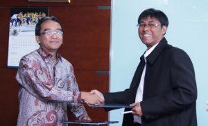 Dirut PLN Nur Pamudji (kiri) dan Dirut PT Lombok Energy Dynamics Banu Pradipto, saling menukar berkas Perjanjian Jual Beli Tenaga Listrik PLTU Lombok Timur berkapasitas 2x25 MW, di PLN Kantor Pusat, Jakarta, Kamis, 19 Juli 2013.