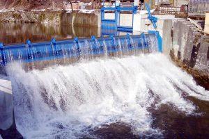 Pembangkit mini hidro memanfaatkan derasnya arus air sungai untuk menggerakkan turbin dan membangkitkan listrik.