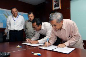 Dari kanan: Dirut PT Kerinci Merangin Hidro, Achmad Kalla dan Dirut PLN Nur Pamudji, menandatangani MoU PLTA Merangin, disaksikan Jusuf Kalla serta Direktur Konstruksi dan Energi Terbarukan PLN, Nasri Sebayang.