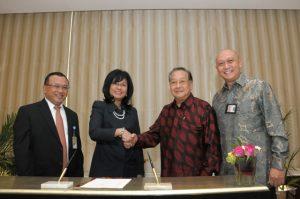 Direktur Utama Pertamina, Karen Agustiawan (dua dari kiri) dan Direktur Utama Freeport Indonesia, Rozik B Soetjipto (dua dari kanan) usai penandatangan LoI pasokan HSD di Jakarta, 1 Juli 2013.