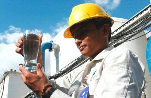 Seorang karyawan Adaro menunjukkan kualitas air bersih yang dihasilkan fasilitas WTP perusahaan tambang batubara itu.