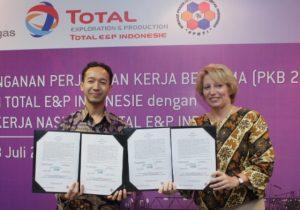 Presiden Director & General Manager Total E&P Indonesie, Elisabeth Proust (kanan) dan Ketua Serikat Pekerja Nasional Total E&P, Fauzan Muttaqin, usai menandatangani Perjanjian Kerja Bersama ke-6 Periode 2013-2015.