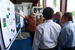 Presiden Direktur PT Berau Coal, Eko Santoso Budianto menjelaskan peta lokasi bangunan Pusat Pendidikan Tinggi Kejuruan dan Keterampilan Terpadu Parapatan - Berau.