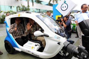 Direktur Utama PLN, Nur Pamudji (duduk depan) besama Sekretaris Kementerian Riset dan Teknologi, Hari Purwanto, mencoba mobil listrik yang turut dipamerkan dalam ajang KNIFE 2013.
