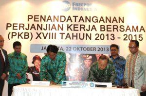 Sudiro (kiri) dan Rozik B Soetjipto menandatangani Perjanjian Kerja Bersama (PKB) ke-18 tahun 2013 antara Serikat Pekerja dan PT Freeport Indonesia.