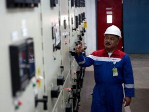 Field Manager (FM) Tanjung,  Her Agung Ugiantoro saaat memeriksa fasilitas produksi di lapangan itu, awal November 2013.