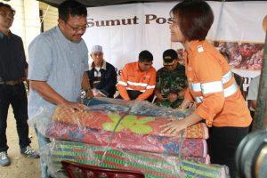 Manajer Senior Komunikasi Korporat G-Resources Tambang Emas Martabe, Katarina Siburian Hardono (kanan) saat menyampaikan bantuan tanggap bencana kepada pengungsi korban letusan Gunung Sinabung.