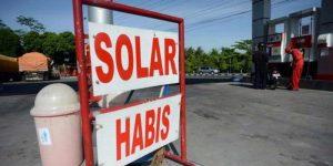 BBM bersubsidi jenis solar sering mengalami kelangkaan karena diselewengkan dengan dijual ke kalangan industri.
