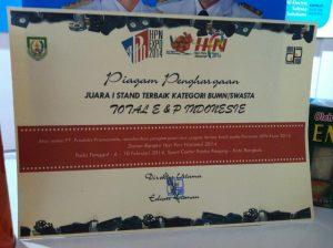 Piagam penghargaan stand terbaik HPN Expo 2014 yang diperoleh Total E&P Indonesia dalam Peringatan Hari Pers Nasional di Bengkulu.