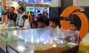 Anak-anak menikmati serunya petualangan di Tambang Emas Martabe melalui maket yang disajikan di arena PRSU.