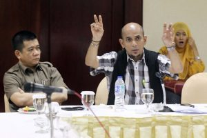 Pengacara Ricksy Prematuri, Najib Ali Gysmar (tengah) dalam sebuah diskusi.