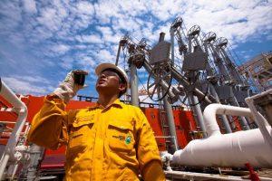 Aktivitas di lapangan migas Petronas.