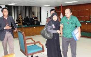 Istri Ricksy Prematuri, Ratna Irdiastuti (berjilbab) saat mendampingi suaminya di persidangan kasus bioremediasi.