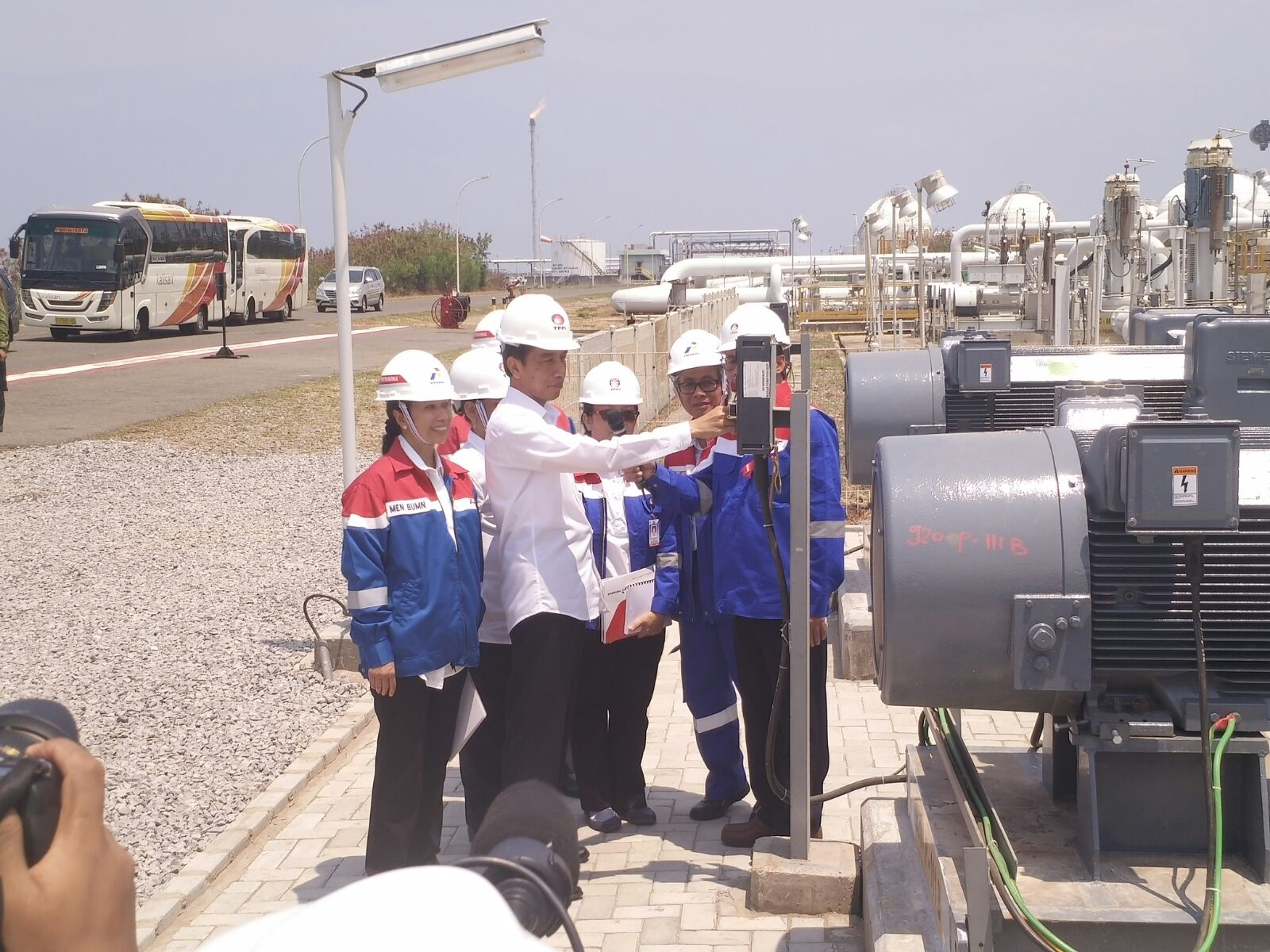 Presiden Joko Widodo meninjau kilang TPPI di Tuban. Rencananya di lokasi itu akan dibangun industri petrokimia.