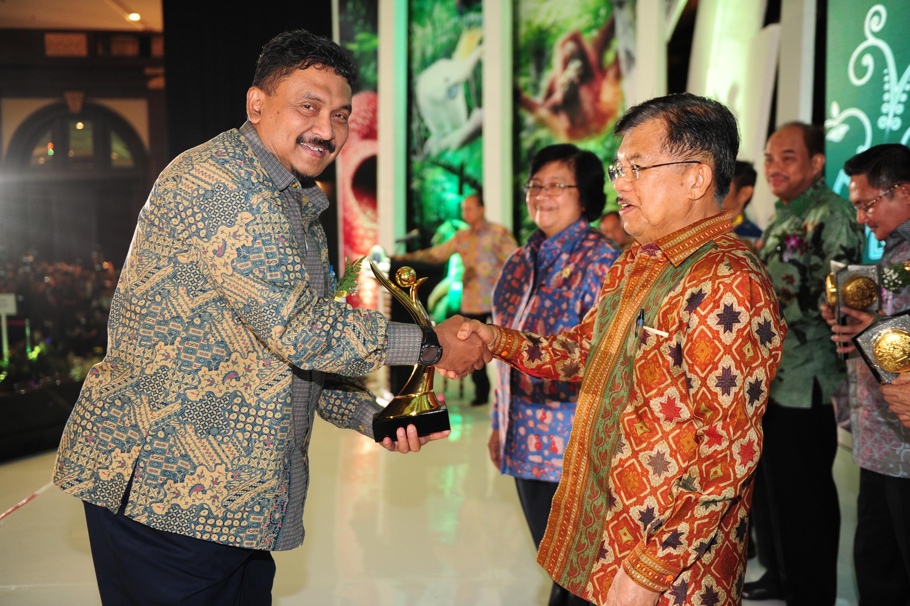 President Director PT Pertamina EP Rony Gunawan menerima penghargaan Proper Emas yang diserahkan Wakil Presiden Jusuf Kalla.