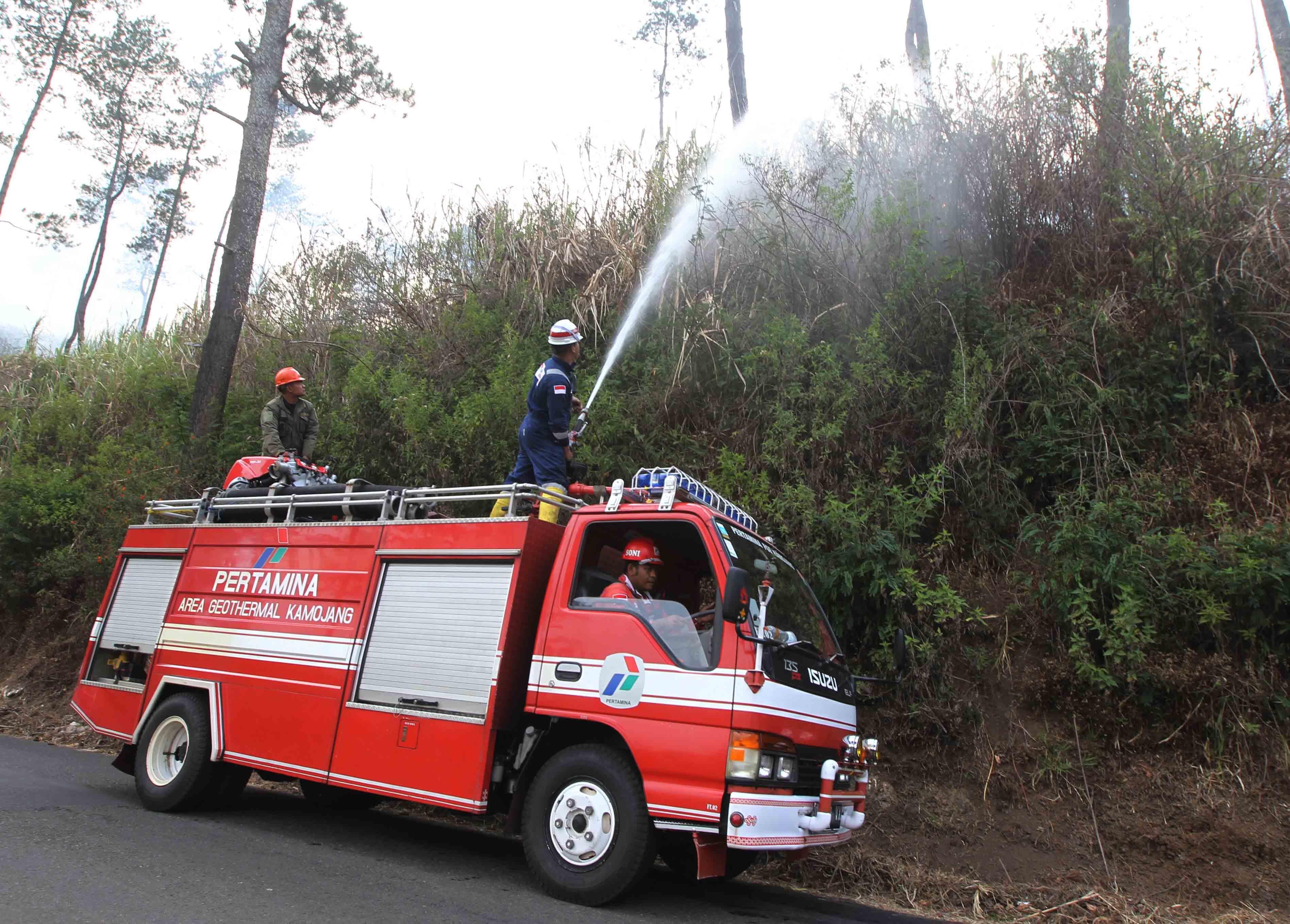 Petugas dari PGE Kamojang memadamkan kebakaran hutan.