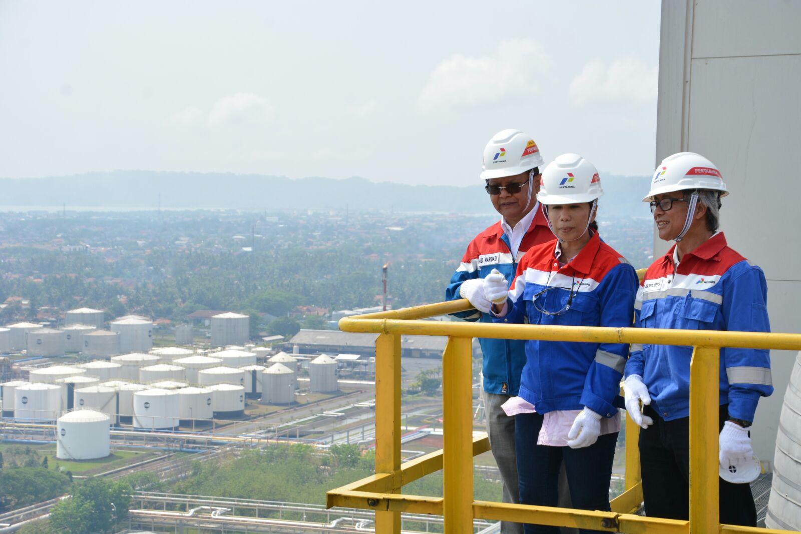 Menteri BUMN Rini Soewarno meninjau Kilang Cilacap.