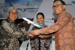 Pertamina dan Garuda Indonesia meresmikan  pengoperasian kendaraan kru udara Garuda Indonesia dengan Vi-Gas di Jakarta, Jumat (15/1).
