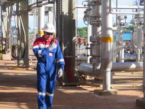 Pekerja Pertamina EP melakukan pengontrolan fasilitas pengolahan gas Donggi.