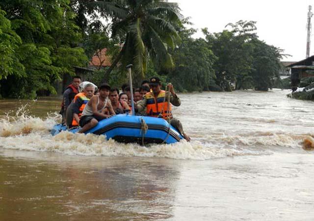 ESDM Terjunkan Perahu Karet, Pertamina Beri Sembako dan Selimut