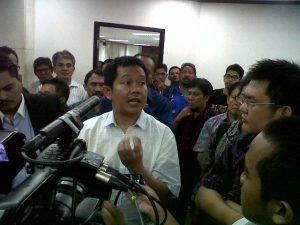 Herland bin Ompo (kemeja putih) usai mendengarkan vonis hakim bioremediasi atas dirinya di Pengadilan Tipikor Jakarta.
