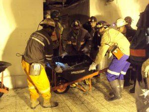 Pencarian korban di Big Gossan: karena terbatasnya ruang gerak dan risiko runtuh susulan, Tim penyelamat menggunakan peralatan ringan seperti kereta dorong, alat penghancur batu manual, dan gergaji.