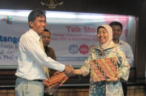 Senior Manager HR & Relations, Endah Zahroti (kanan) dan Dekan FKM UI Bambang Wispriyono bersalaman usai penandatanganan kerjasama program peningkatan kesehatan masyarakat Desa Tanjung Sedari.