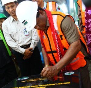 Menteri LH, Balthasar Kambuaya menandatangani prasasti peresmian WTP T-300 Adaro.