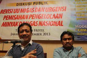 "Sukardi Rinakit (kiri) dan Editor in Chief Dunia Energi, Hidayat Tantan saat menjadi pembicara dalam Diskusi Publik ""Revisi UU Migas dan Urgensi Pemisahan Pengelolaan Minyak dan Gas Nasional""."