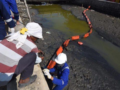 Didukung Masyarakat, Tim Emergency PHE Intensif Bersihkan Pantai Terdampak Sumur YYA