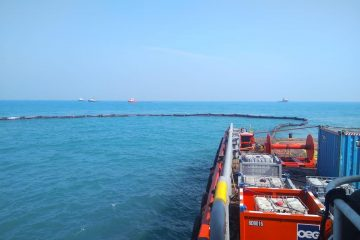 PHE ONWJ Isolasi Penuh Oil Spill Sekitar Anjungan di Laut Karawang