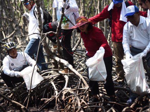 Komitmen Lestarikan dan Pulihkan Lingkungan, PHE Gelar Coastal Clean Up di Kepulauan Seribu