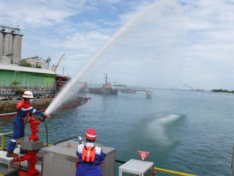 Pertamina Tanggulangi Tumpahan Minyak di Pesisir Pantai Makassar