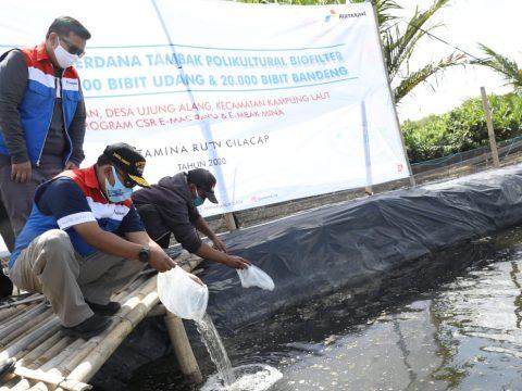 Pertamina RU Cilacap Tabur Puluhan Ribu Benih Ikan dengan Teknologi Polikultur Biofilter